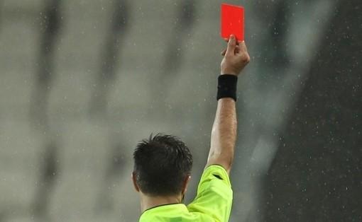 Calcio: Resta un metro e mezzo la distanza minima tra arbitro e giocatore