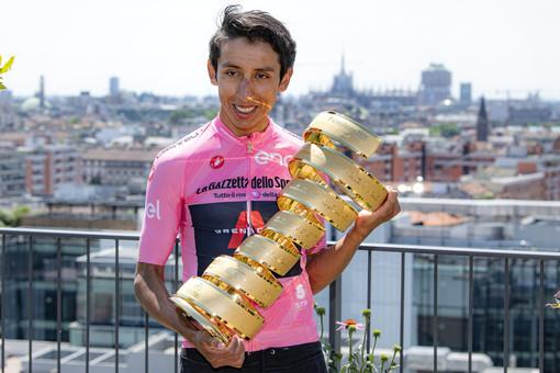 Egan Bernal in Maglia Rosa con il Trofeo Senza Fine