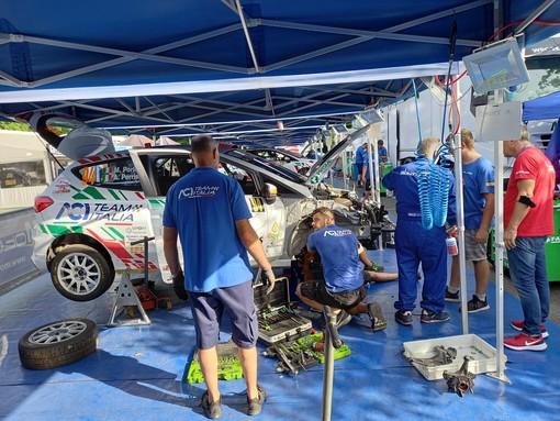 I rallysti valdostani durante il controllo della vettura