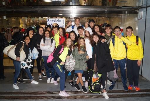 Gli atleti dell'Aosta Nuoto all'uscita dal Palazzo del Nuoto domenica scorsa