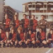 Una delle ultime formazioni della gloriosa Aosta Calcio. Notare le gradinate popolari affollate di tifosi. (MEDIAPOLITIKA.COM di Marco Milan – Foto MEDIAPOLITIKA.COM)