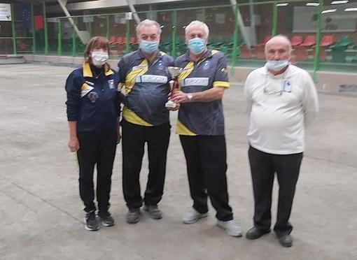 Da sn la presidentessa Laura Perrone, i vincitori Rino Vial e Paolo Gerard e l'arbitro Eugenio Verthuy
