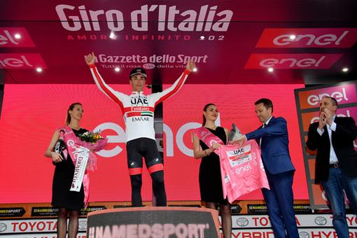 Il Presidente dell'UCI David Lappartient ha premiato la Maglia Rosa Valerio Conti