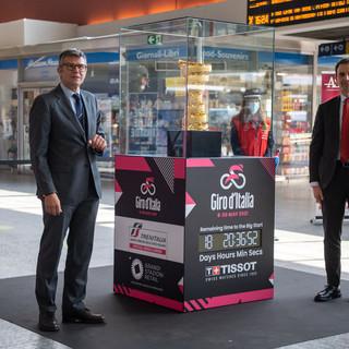 Allo svelamento hanno partecipato Paolo Bellino, Amministratore Delegato di RCS Sport, e  Marco Della Monica, Direttore Trasporto Regionale Piemonte.