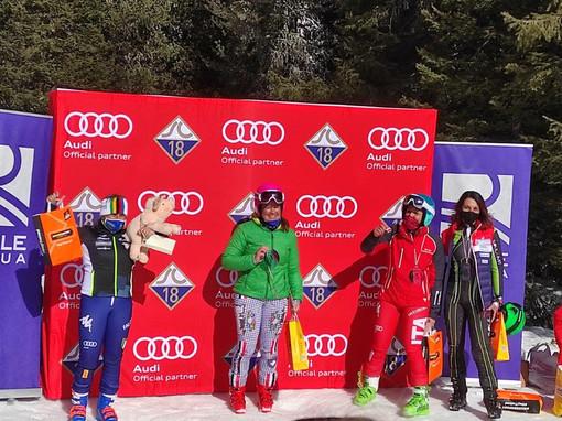Nella foto: Raffaella Ghirarduzzi (sinistra) con il maiale Mirko - Credits: Skiing for Pigs