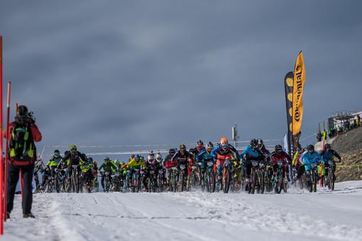 Ciclismo: La discesa sulla neve lungo le pendici del Cervino