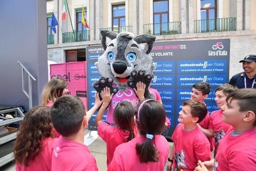 """La mascotte del Giro """"Wolfie"""" insieme ai bambini del progetto BiciScuola al Giro d'Italia 2018"""