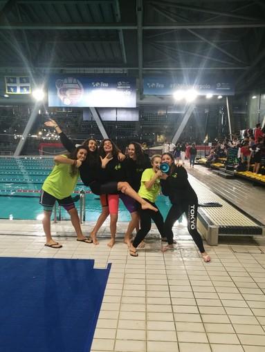 Le euforiche ragazze dell'Aosta Nuoto da sinistra: Alice Giglio, Miryam Zerbo, Emma Iamonte, Nicole Louvin, Lin Pigliacelli e Alessia Pagliara
