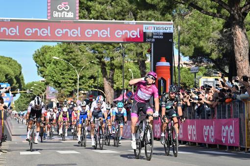 Ciclismo: Brindisi per il tris di Démare. 51,234 km/h: è la media record per una tappa in linea del Giro