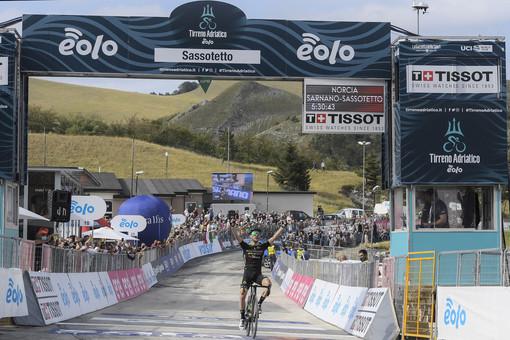 Ciclismo: Tirreno - Adriatico; Colpo doppio di Simon Yates a Sassotetto