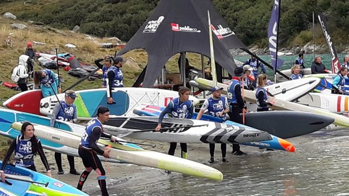 Gli atleti pronti a lanciarsi nel lago (cliccare l'immagine per avviare la minigallery)