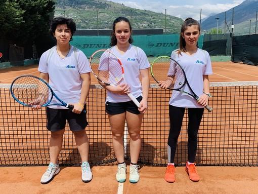Formazione under 14 femminile della Aosta Tennis Academy con da sx Isabel Fournier, Lisamarie Rossi ed Heloise Pramotton.